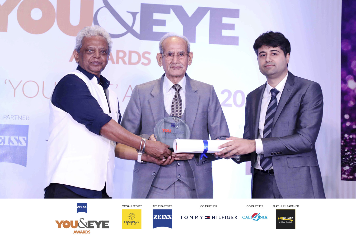 Siraj Bolar, CEO, FourPlus Media and Rohan Paul, ZEISS presenting the award to Shree Dayal Das Kalra
